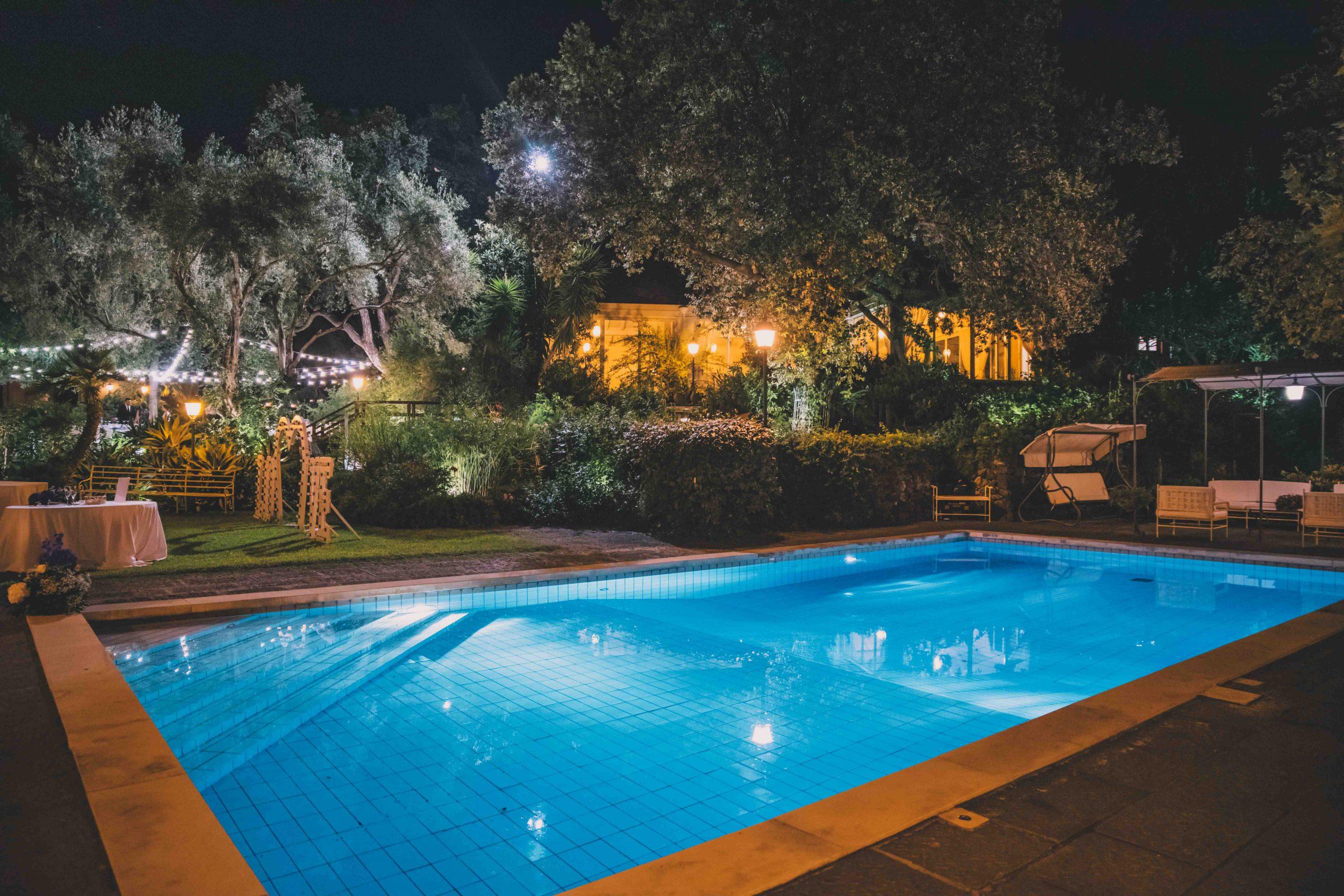 Storia, nobiltà ed equilibrio con la natura convivono e danno vita ad uno scenario perfetto che profuma di Sicilia: a Villa Musmeci tutto illumina i tuoi sentimenti.