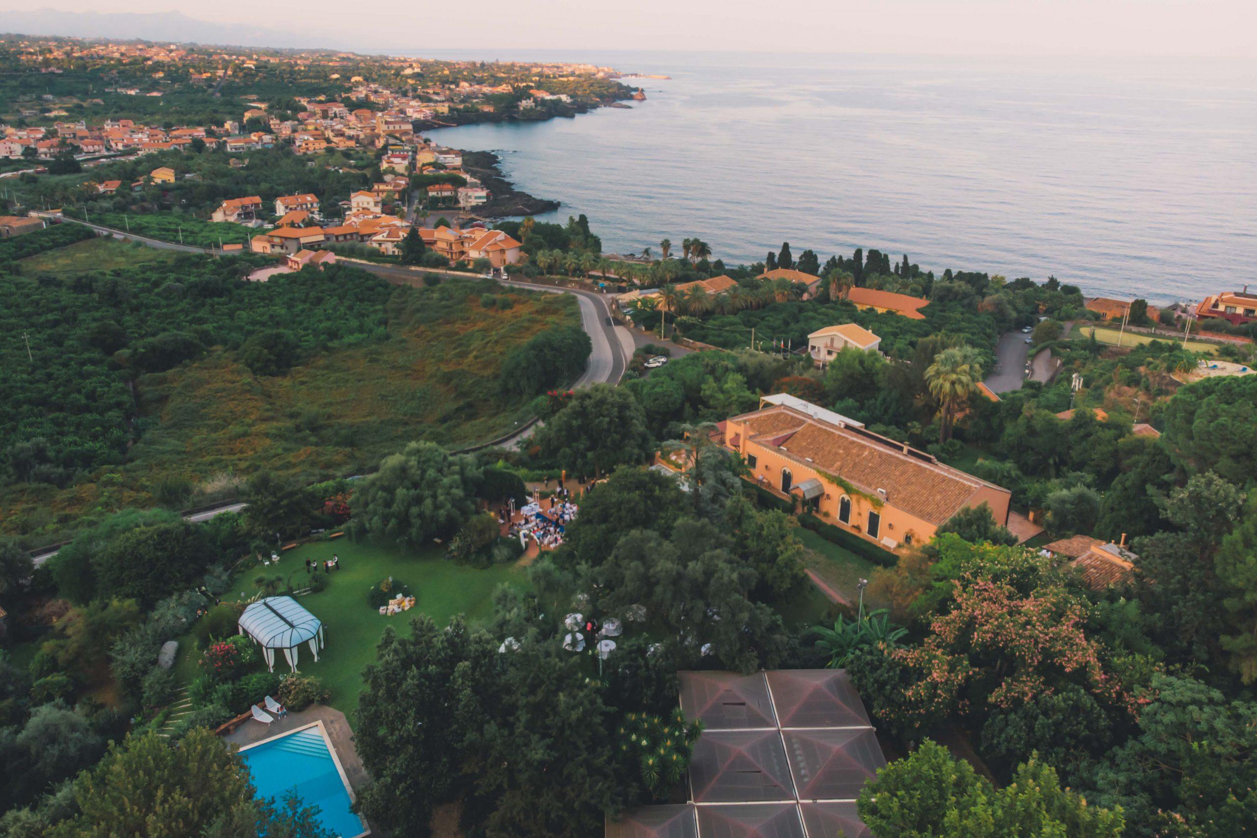 La vista del mare ci ricorda sempre che facciamo parte di un progetto più grande e nella sua immensità noi amiamo perderci. Da Villa Musmeci, preziosa dimora nel cuore della Sicilia Orientale, il panorama è semplicemente mozzafiato.