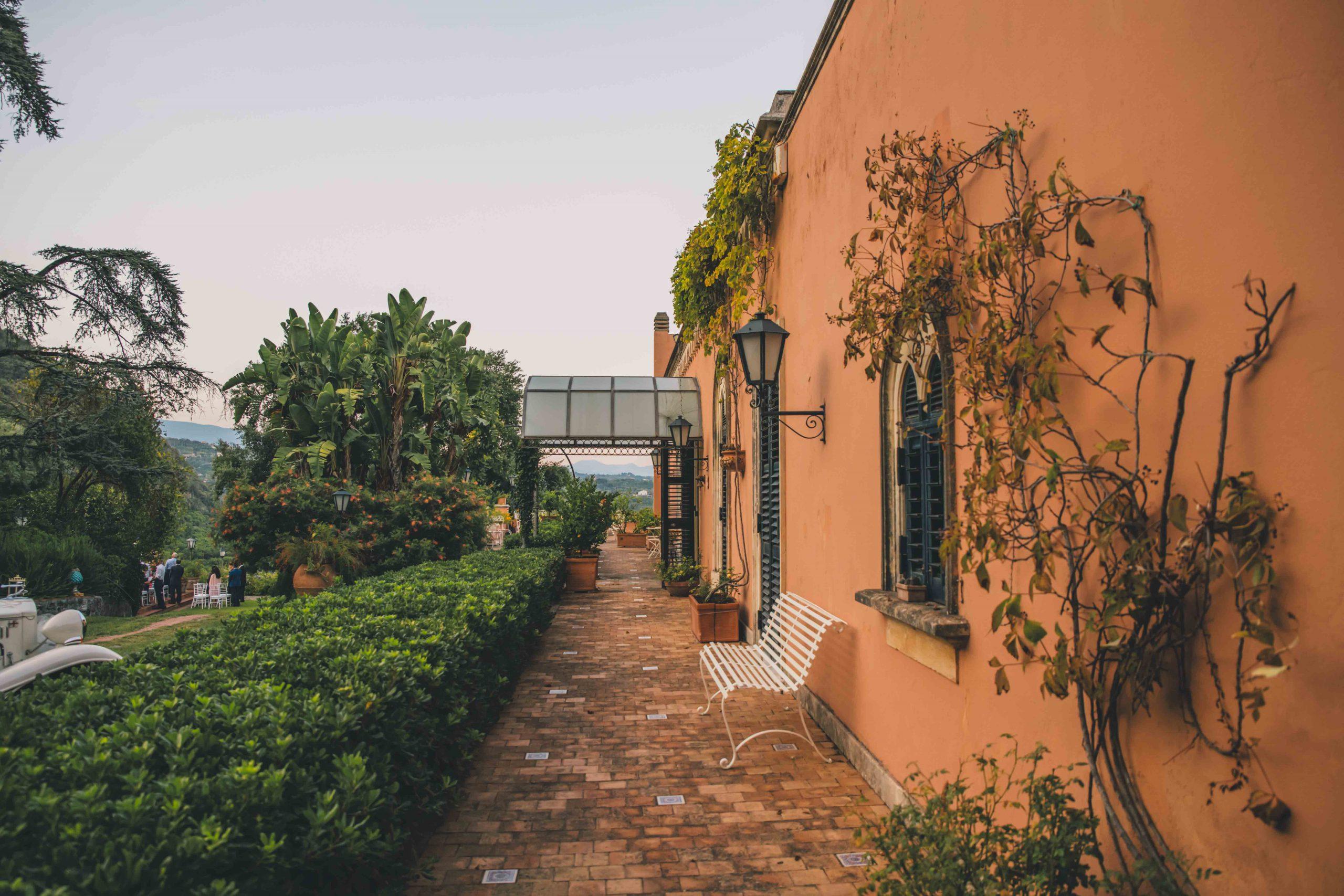 Qualsiasi strada vogliate seguire per avere il vostro matrimonio da favola, il punto di partenza è qui: Villa Musmeci, dove sentimento ed eleganza si incontrano in un sodalizio perfetto.