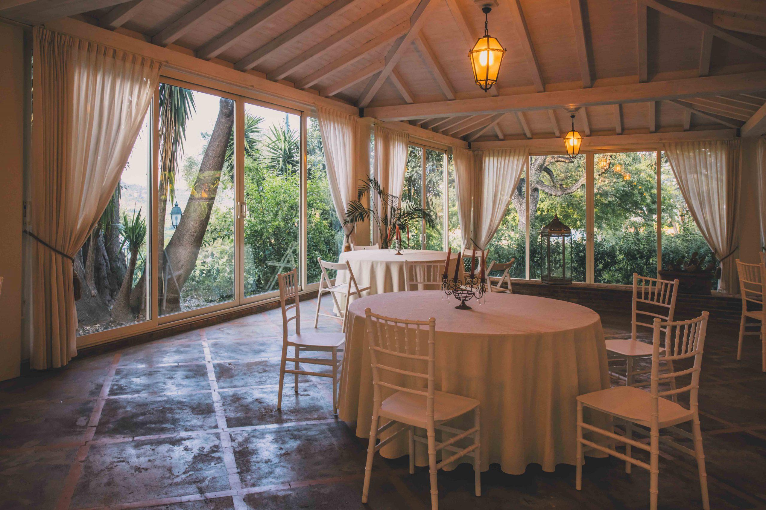 Celebra il tuo matrimonio a Villa Musmeci e scegli se godere delle aree immerse nella natura oppure se restare al coperto grazie alle nostre strutture: lasciati accogliere e vivi in tutta tranquillità il tuo giorno più atteso.
