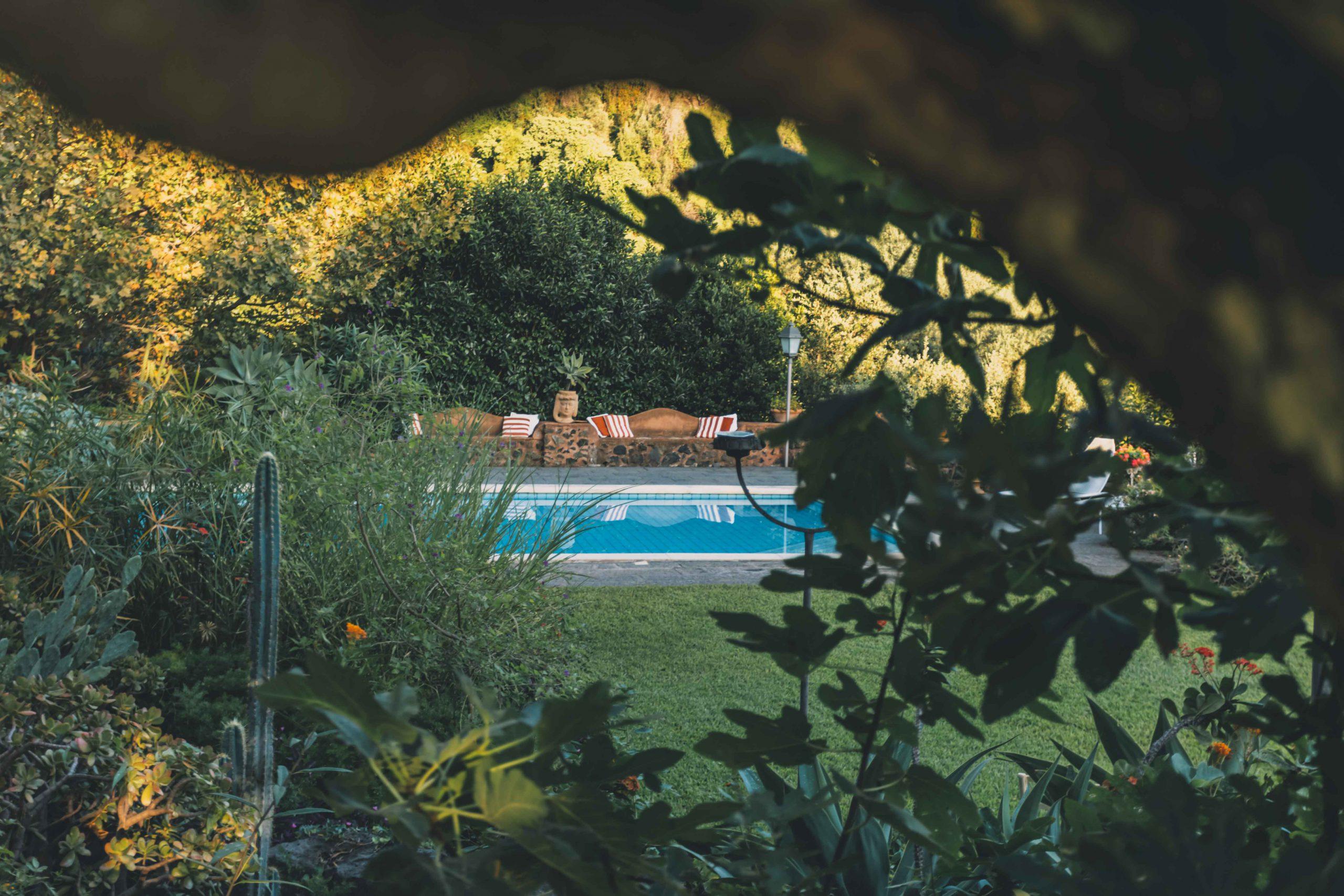 Che voglia di Primavera! Sembra ancora così lontana, ma arriverà presto. Intanto, sbirciamo tra le fronde degli alberi di Villa Musmeci e lasciamoci alle spalle i brutti pensieri: a bordo piscina tutto è più semplice e bello.