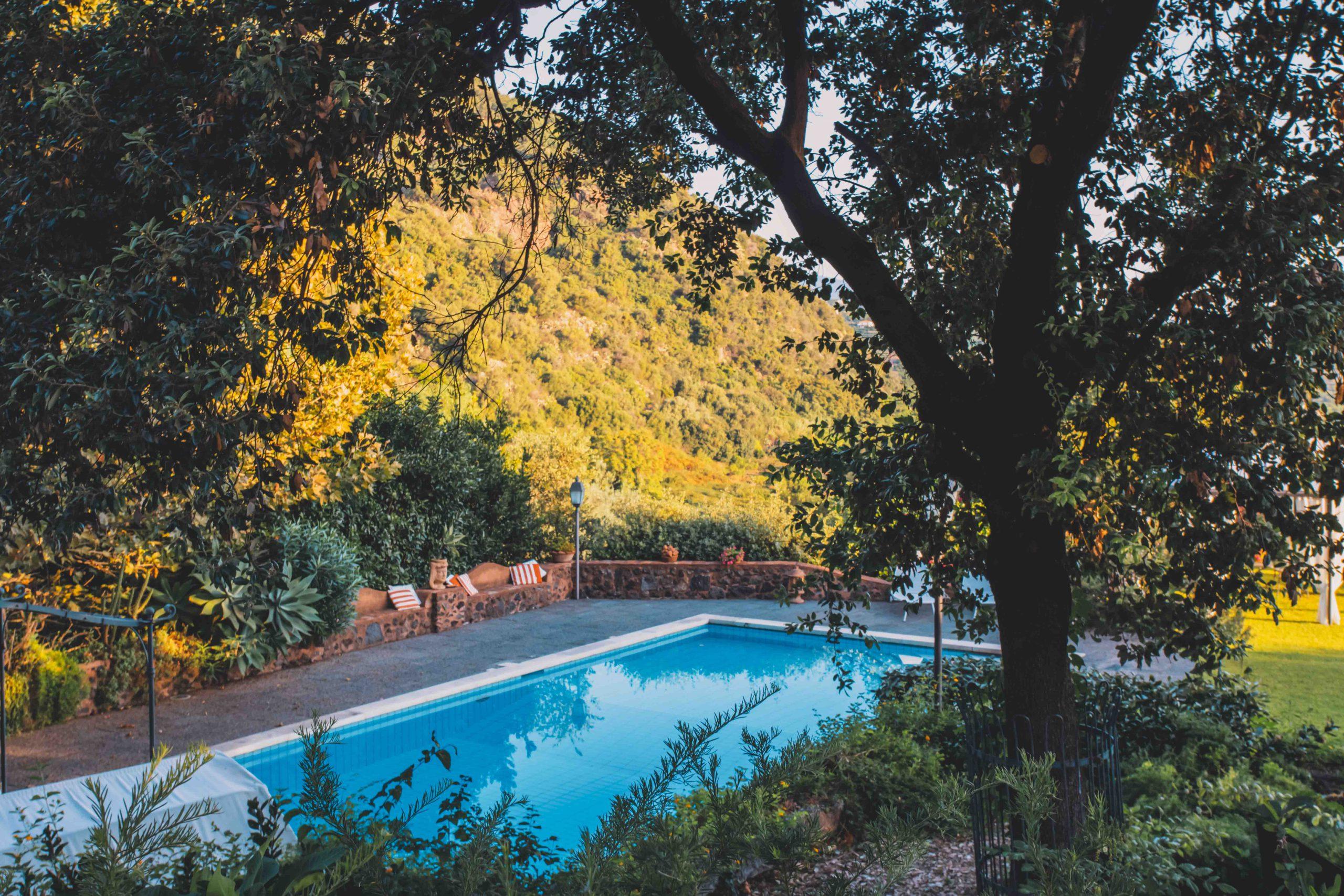 Ancora troppo presto per un tuffo? Allora è bene programmare per tempo! Scopri Villa Musmeci e innamorati del tuo prossimo ricordo da vivere qui, tra natura, tradizione ed eleganza.