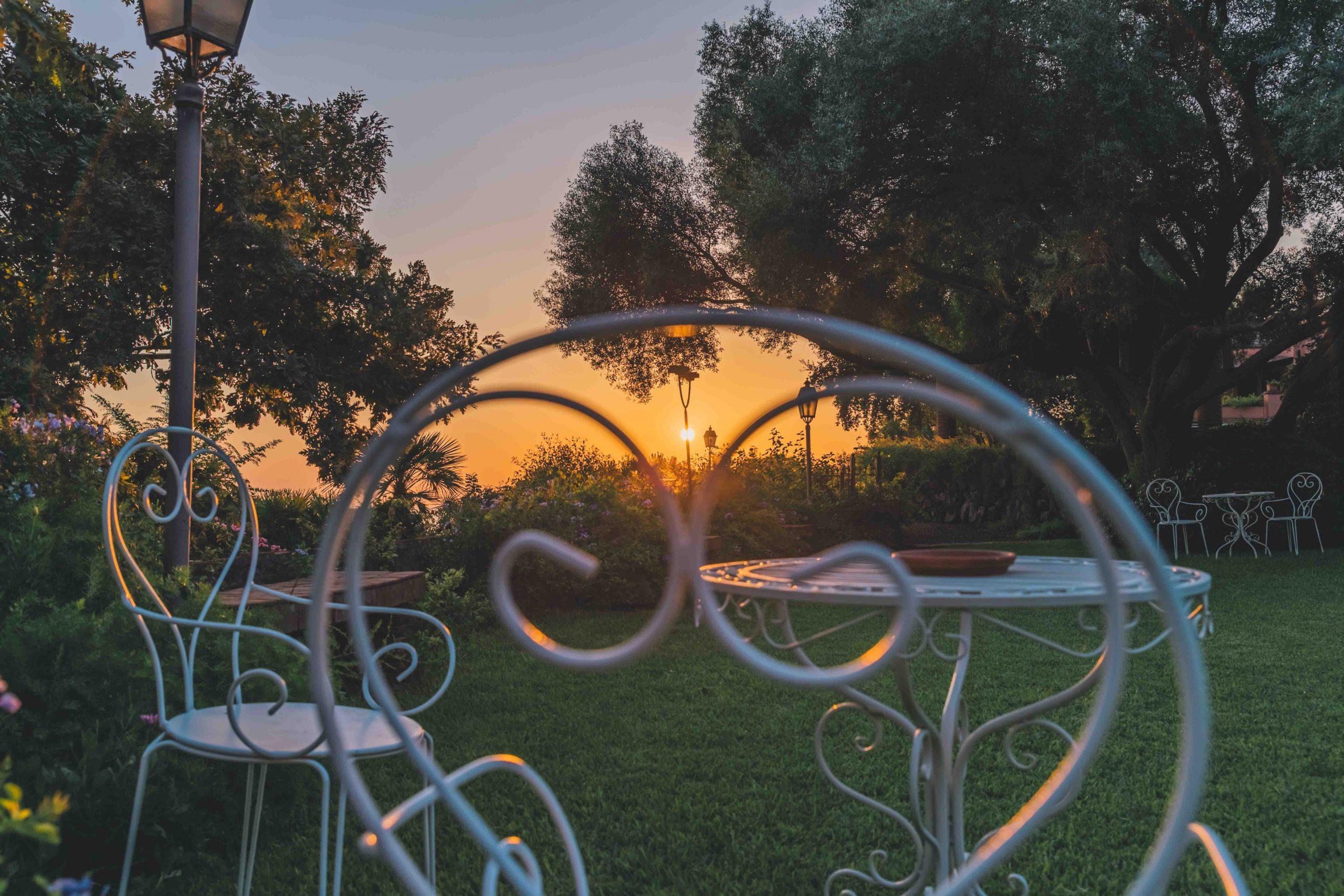 La Natura è la più bella galleria d'arte ed è tutta intorno a noi. Villa Musmeci è circondata dalla Riserva Naturale della Timpa di Acireale, dalla Baia di Santa Tecla e dalla Conca d'Ora del limone verdello dove l'incanto di un fiore sposa il profumo degli agrumi di Sicilia. Nessuno vorrebbe più andare via!