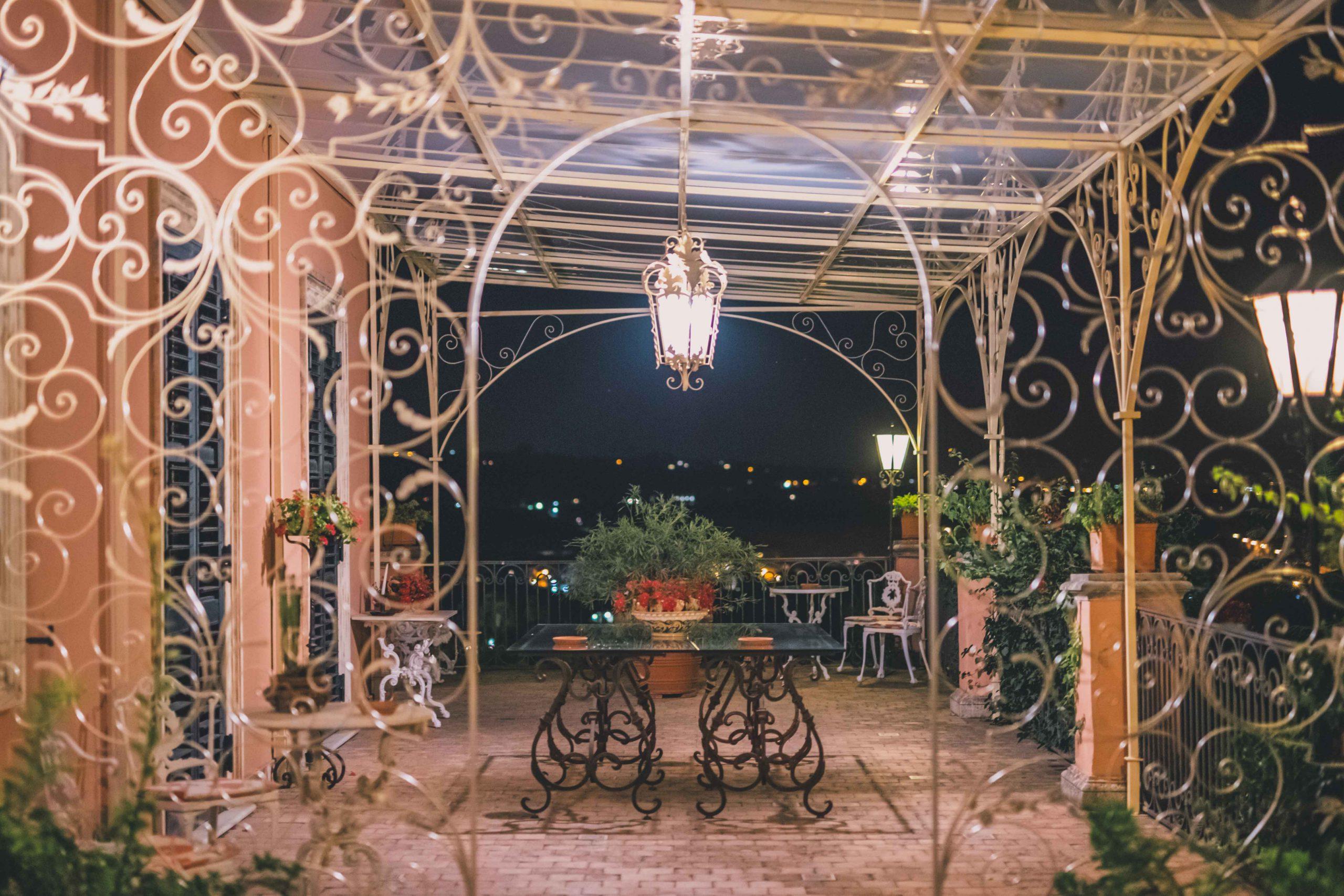 Villa Musmeci: accendiamo il tuo panorama e te lo offriamo in tutto il suo splendore tra terrazze sul mare, prati verdi e la cura per ogni dettaglio.