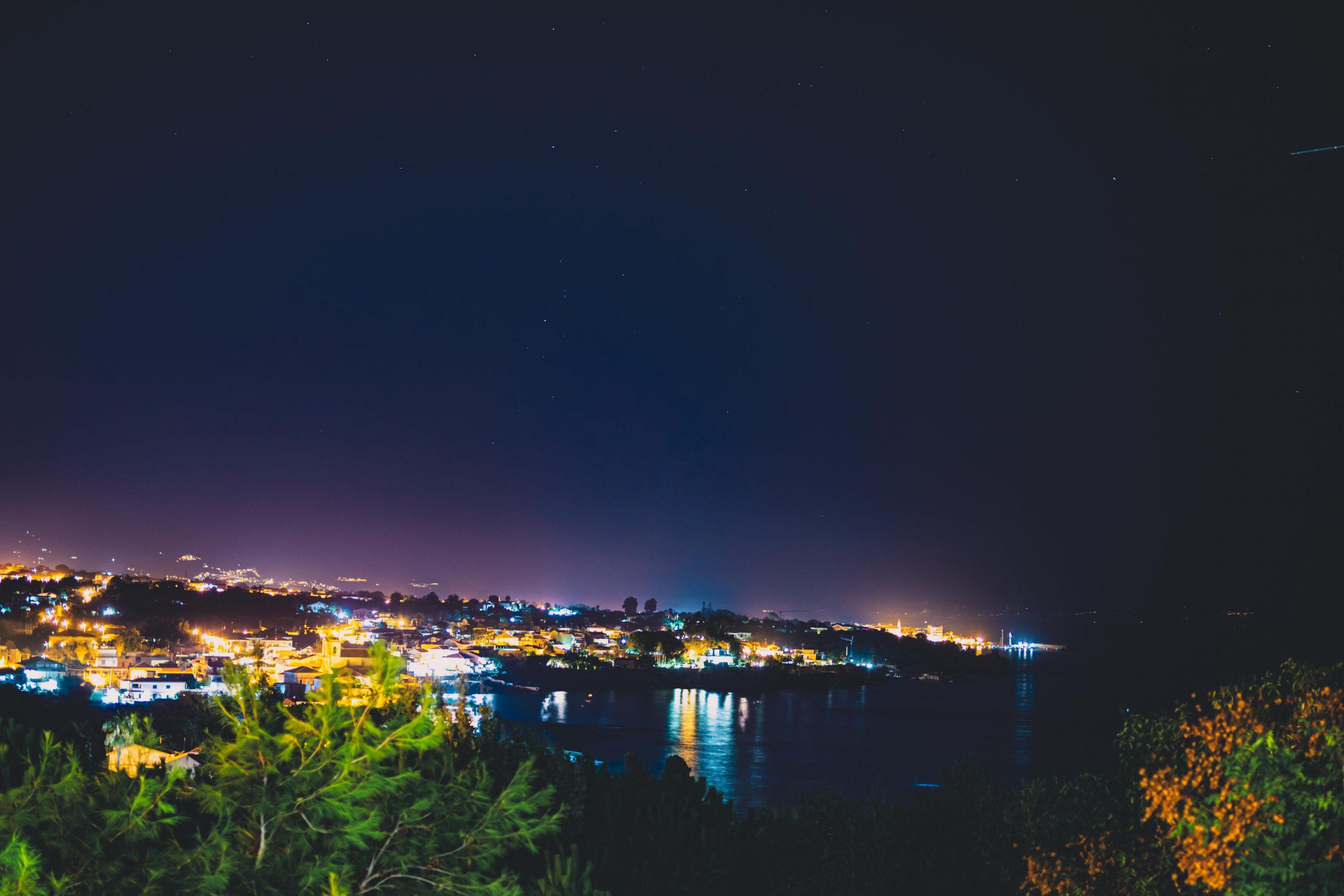Il riflesso della luci sull'acqua, la brezza marina che sale e… adesso fermati: ecco quello che sarà il ricordo più bello della tua vita. Villa Musmeci è abbracciata dalla Sicilia e dalle sue bellezze per donarti tutte quelle emozioni che resteranno indelebili per sempre.